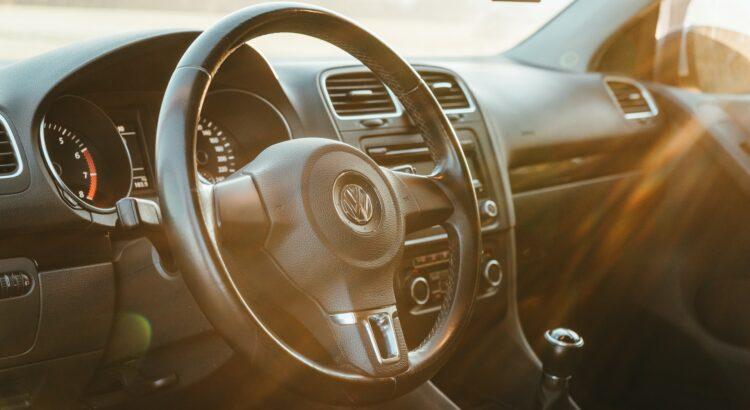 L'intérieur d'une voiture, on peut voir le volant, tout en noir. Le meilleur classement des pneus été pour voiture, 4x4 ou SUV, camionnette et moto.