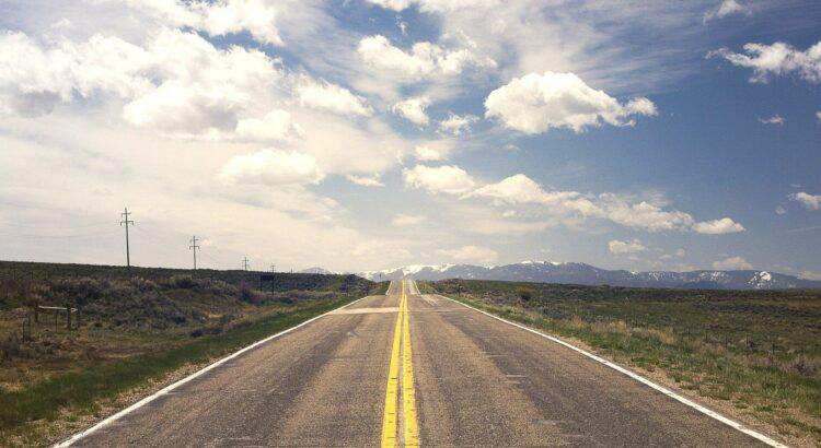 Classement comparatif pneu toutes saisons. Tout ce que vous devez savoir. Une route libre et vieille avec le soleil à l'horizon.